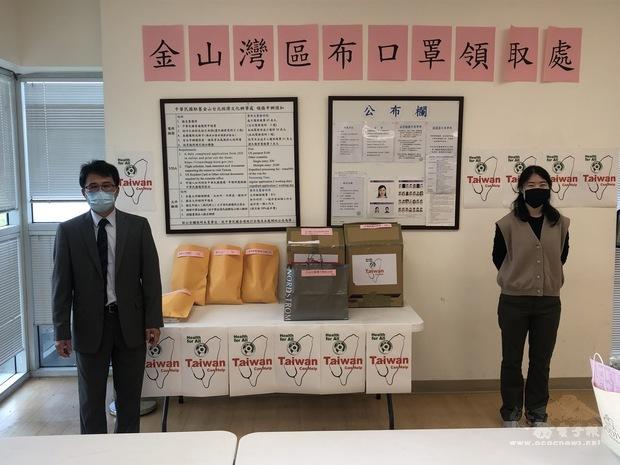 布口罩由中心主任閻樹榮(左)及副主任徐廣梅(右)親自發放。