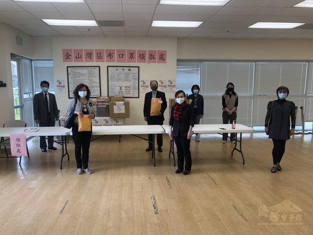 僑團領取布口罩,感謝僑委會的關愛。