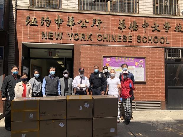 大紐約區僑界急難救助協會日前舉辦武漢肺炎疫情研析及救助培訓會議,並於4日前往紐約華埠慷慨捐贈1萬片口罩。