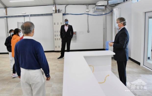 霍華郡立社區醫院院長President C. Snelgrove帶領參觀針對COVID-19疫情設置之臨時醫療站。