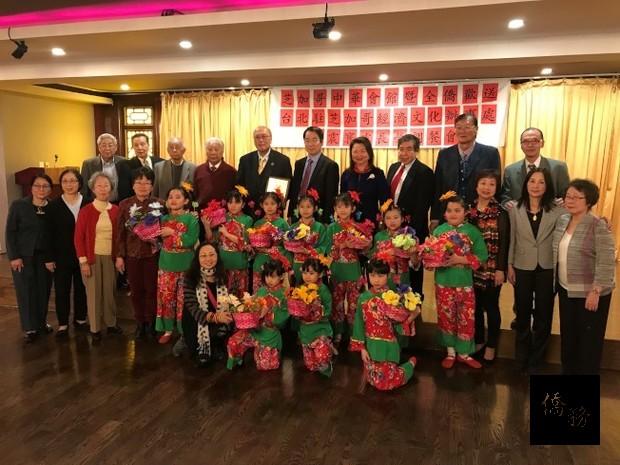 中華會館兒童舞蹈班,在歡送晚會中表演精彩節目。(世界日報提供)