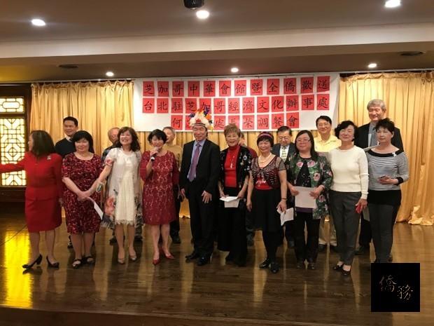 台灣同鄉聯誼會在歡送晚宴中,特別準備了來自聖文森的頭花,送給即將到當地出任大使的何震寰(前右六)。(世界日報提供)