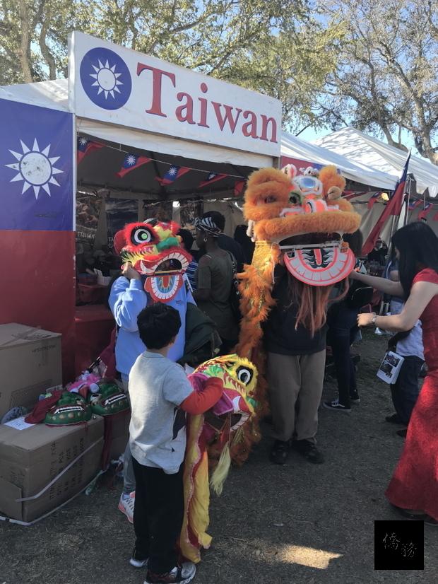 台灣館提供舞獅頭套及道具讓遊客體驗舞獅。(傑城華美協會提供)