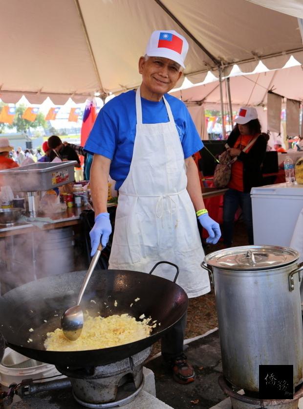 傑城世界日活動中,台灣館義工現場烹煮食物一景。(傑城華美協會提供)
