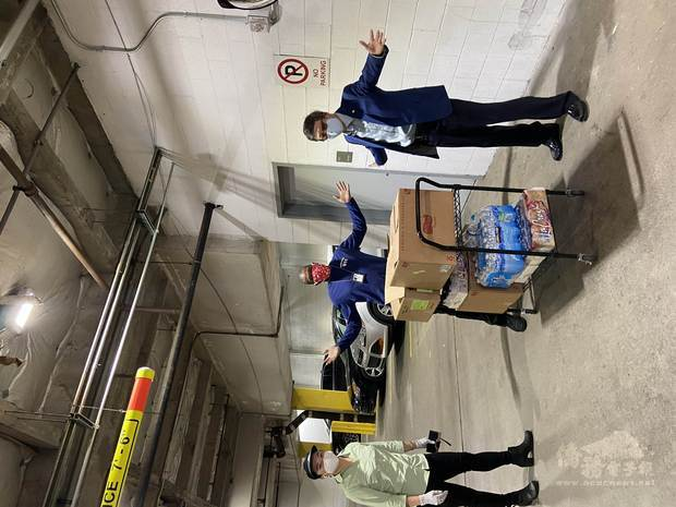搬運食物的僑胞卡特約商店楊氏Quiznos Sub。