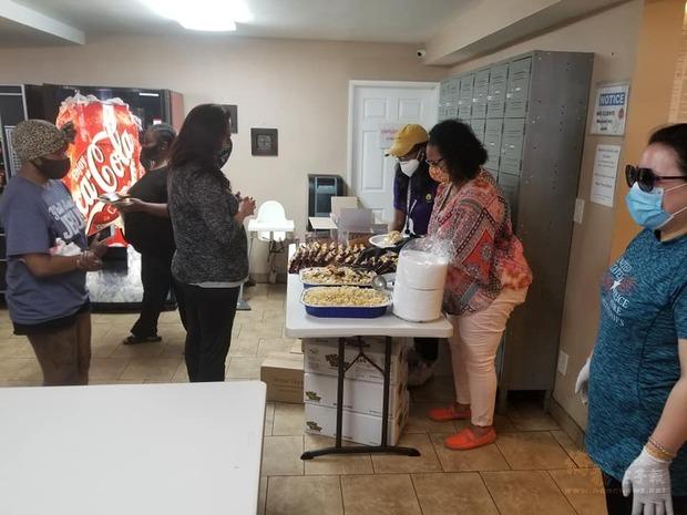IACS志工赴單親媽媽之家致贈熱食與文具,在疫情下為堅毅勇敢的母親們加油打氣。