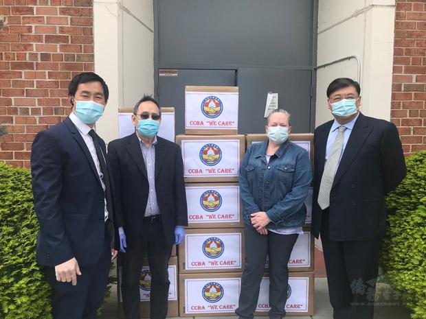 捐贈醫療物資儀式由劉耀聰(右一)、黃浩源(左二)及伍毅文(左一)進行捐贈,由DC市政府Dunkerson女士(右二)代表接受。