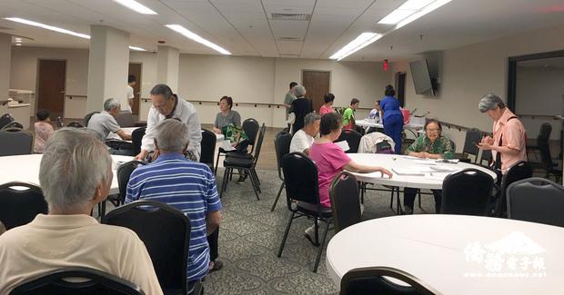 美京中華會館辦理義診服務,邀請黃浩源主持為華樂大廈老人中心耆老們義診。