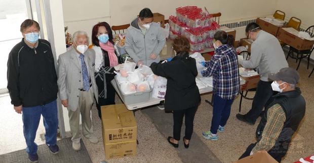 中華會館發放逾200份愛心禮品予華埠耆老們。