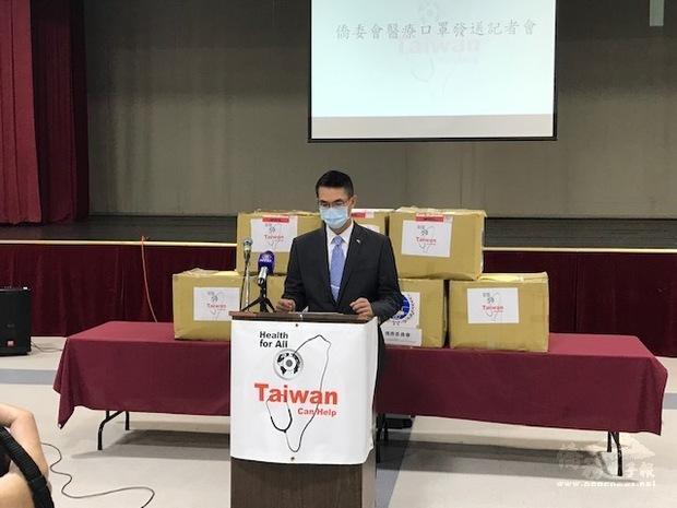陳家彥說明中華民國政府贈送口罩協助僑胞防疫。