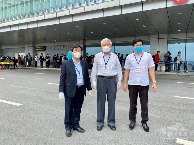 駐越南代表石瑞琦(中)、越南計畫投資部外人投資局局長杜一皇(左)、越南廣寧省外務廳副廳長武庭稱(右)前往機場協助。