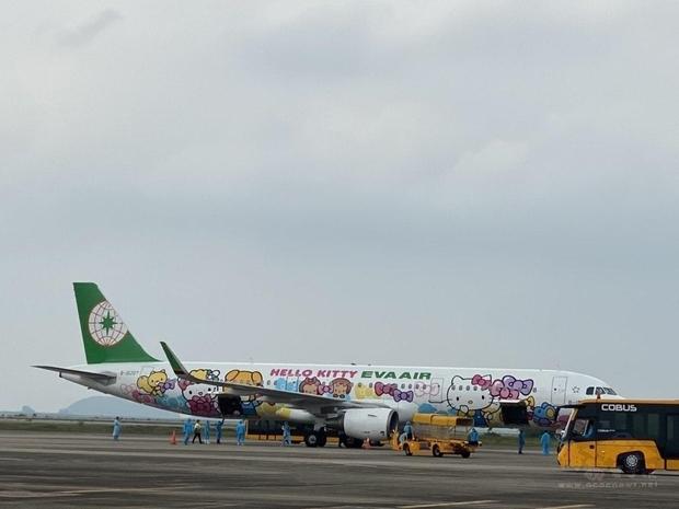 長榮航空專機5月19日載運158名首批台灣企業專家、幹部專案入境越南。