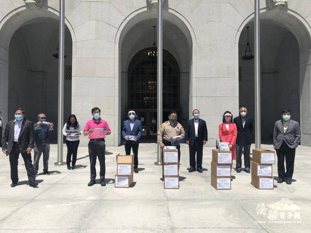 洛杉磯8僑團捐口罩給洛杉磯郡警察局8個來自台灣的僑胞團體聯合捐出1萬片口罩、面罩及手套等防疫裝備給洛杉磯郡警察局。(中央社提供)