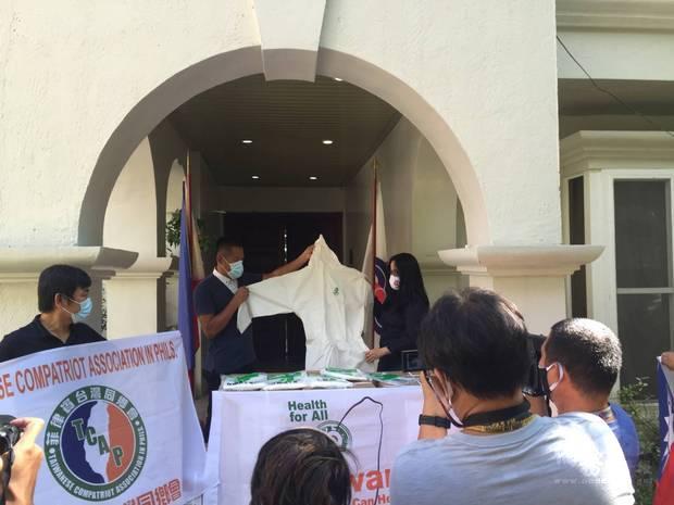 菲律賓臺灣同鄉會蘇會長與SBMA特首開心展示防護衣。