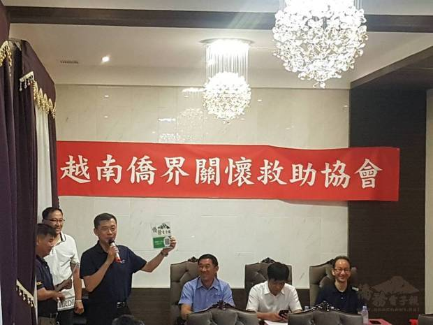 游凱全(左3)宣導僑務電子報LINE群組。