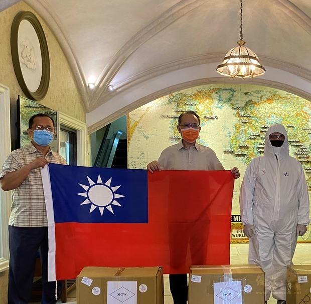 菲律賓臺灣同鄉會捐防護衣 菲眾議院領袖感謝
