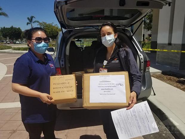 僑胞孟心韻(左)是僑委會的僑務促進委員,疫情期間熱心公益,跑遍洛杉磯送防疫裝備。(孟心韻提供)