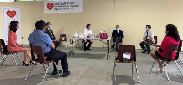 橙縣僑界急難救助協會會長張德芝(右三)與理事們共商,大家決定將獲捐的醫療口罩,優先捐贈給橙僑中心服務區所屬各僑校。