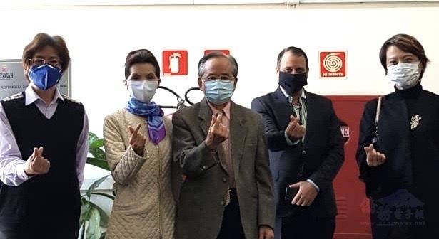 臺灣僑社代表參加捐贈儀式右起徐澤玗、Dr.Markus、劉學琳、支黃秀莉,支緯中。