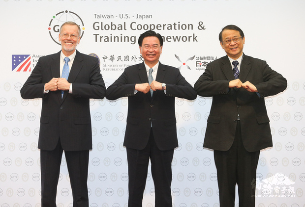 Minister of Foreign Affairs Joseph Wu (center), American Institute in Taiwan (AIT) Taipei Office Director Brent Christensen (left), and Hiroyasu Izumi, chief representative of the Japan-Taiwan Exchange Association./Photo courtesy of CNA