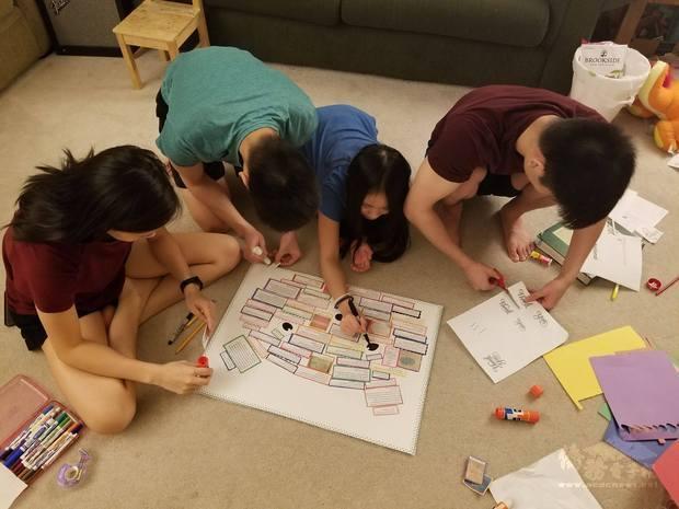 華府臺灣學校小朋友努力製作感謝海報。