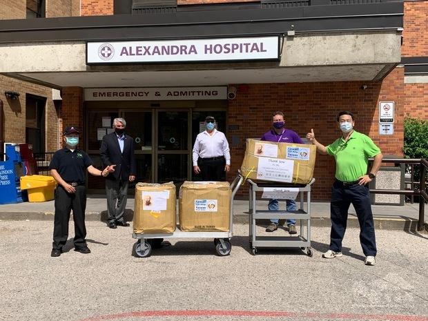 召集人鍾雅澤(左)及多倫多臺灣同鄉會副會長羅益世(右)代表捐贈牛津郡Alexandra Hospital防疫物資,由醫院執行長Robin Schultz(右二)代表接受。