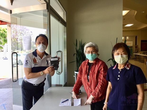 僑委會代訂布口罩運抵洛杉磯  僑胞感謝關懷。