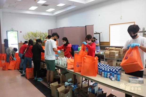 近30位義工迅速分工合作,為長輩們分裝父親節禮物袋。
