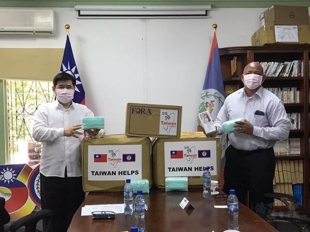 駐貝里斯大使陳立國代表中華民國政府捐贈1萬片臺灣製醫療口罩及25支紅外線額溫槍給貝國海關總署,由署長Colin Griffith代表接受。