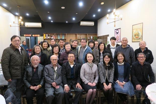 范惠君(坐者中)、黃煥南(中左)、吳春芳(中右)。