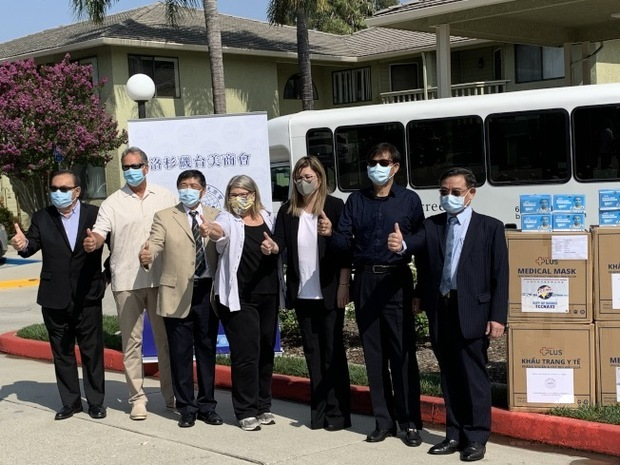 洛杉磯台美商會捐贈3萬片口罩至加州參議員張玲齡選區內的多間療養院。(世界日報提供)