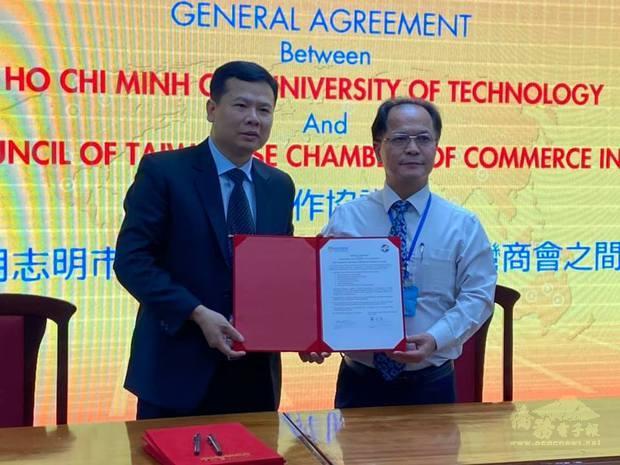 鄭文忠(右)與胡志明市科技大學簽署合作協議。