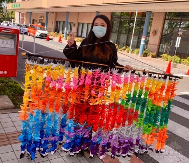 旅日僑青親手摺製千羽鶴致贈醫療單位。