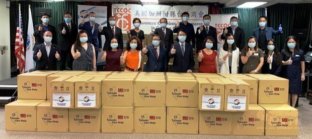 柑縣臺美商會6月26日在橙縣文教服務中心,舉行20萬片MIT(Made in Taiwan)醫療口罩捐贈儀式。