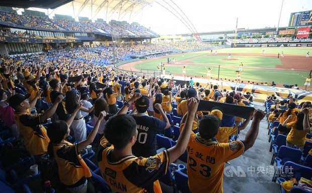 Baseball game draws 10,000 fans in 2020 first