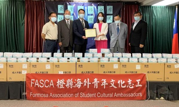 蔣翼鵬(左三)頒贈感謝狀給榮揚管理顧問公司,由張珮鑾(右三)代表接受。右起曾昭華、張德芝,左起陳景星、許清松。