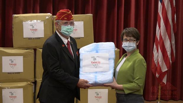 駐美代表蕭美琴代表中華民國政府,向「美國退伍軍團協會」總會長奧克斯福德,致贈25萬片手術用口罩。(王洋提供)