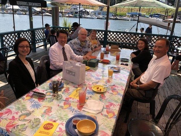 餐會合影,由左而右為吳曉竹、范國樞、Bostwick夫婦及陳紀昭夫婦。