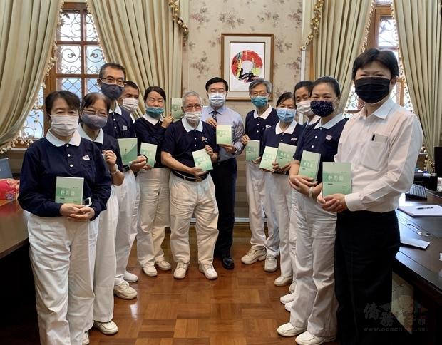 慈濟基金會志工與駐緬甸代表李朝成分享靜思語的智慧與理念。