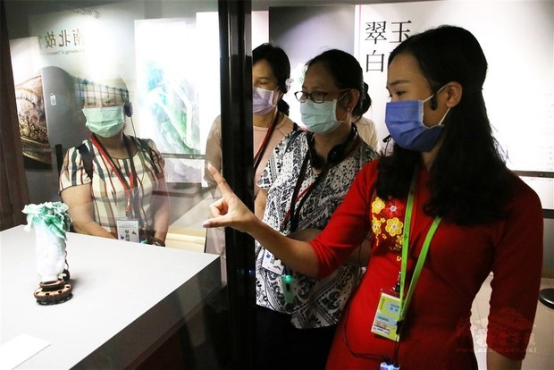 Volunteer translators from Southeast Asia tour National Palace Museum