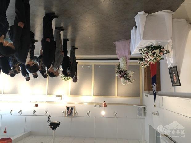 出席的僑領及僑團代表向李前總統遺像鞠躬致敬。