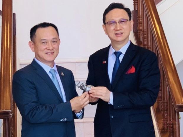 康樹德(左)與時任駐泰代表的僑委會委員長童振源(右)有諸多交流。(康樹德提供)