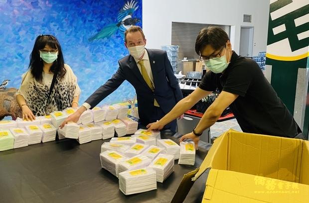 加拿大亞省愛城僑民 愛心捐贈臺灣醫療口罩
