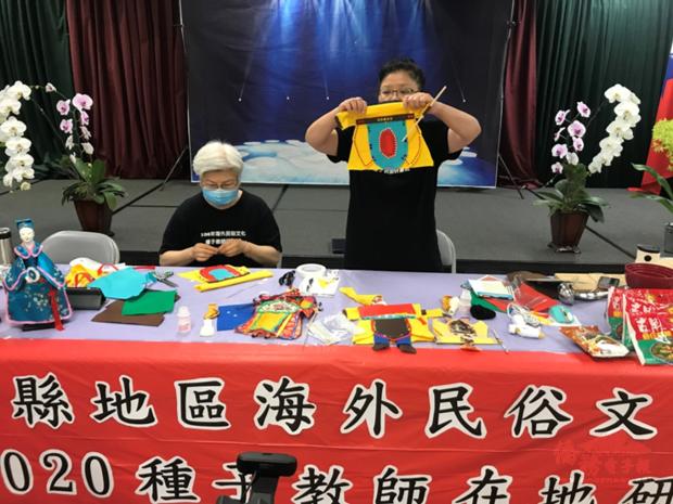 8月22日第二堂課許惠紅(右) 及曹笑蓮老師(左) 示範如何用在地素材,DIY布袋戲偶。
