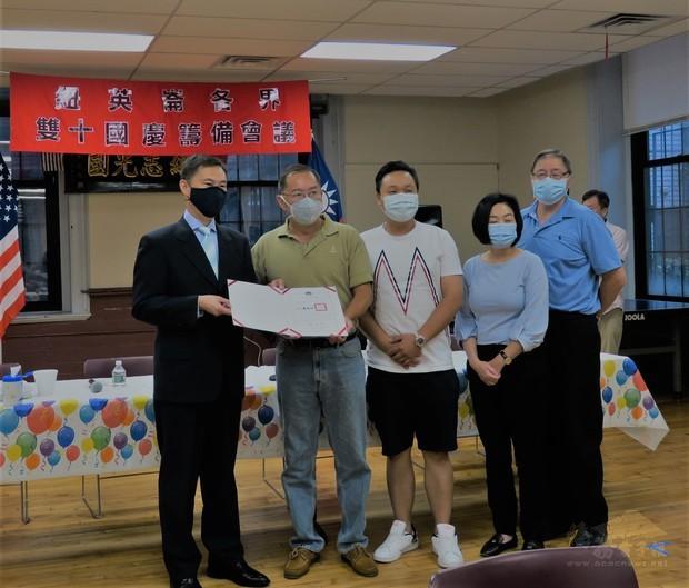 孫儉元代表僑委會頒贈協助抗疫表揚狀予紐英崙中華公所,由鄭慧民主席等人代表受贈。