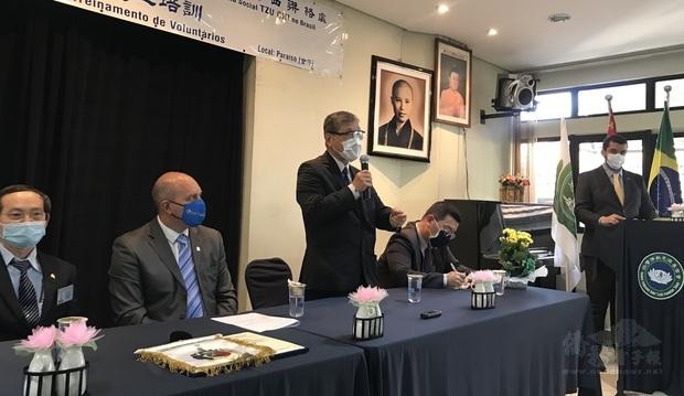 林合省(手持麥克風者)期許臺灣佛教慈濟基金會巴西聯絡處能夠關懷更多巴西弱勢族群,並且希望有更多巴西民眾加入慈濟志工的行列。