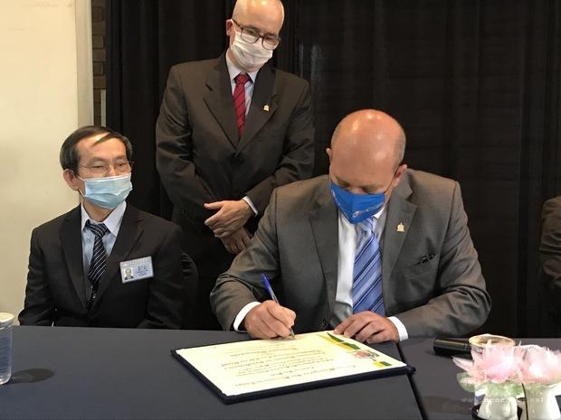 Alex Mognon(右)代表簽署榮譽社團證書,象徵聖貝爾納多杜坎普市政府與臺灣佛教慈濟基金會巴西聯絡處的合作關係未來將更加緊密。