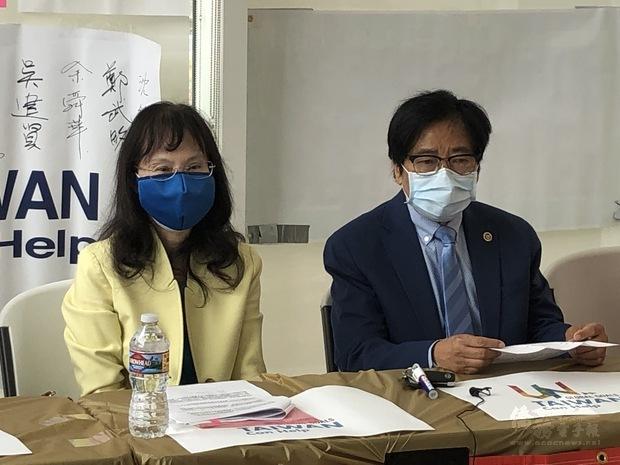 僑務委員李漢文(左)、李文雄(右)。