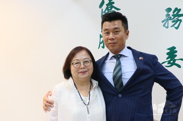 黃玉華(左) 與兒子葉衛綺合力促進史瓦帝尼、莫三比克及臺灣之間的經貿往來。