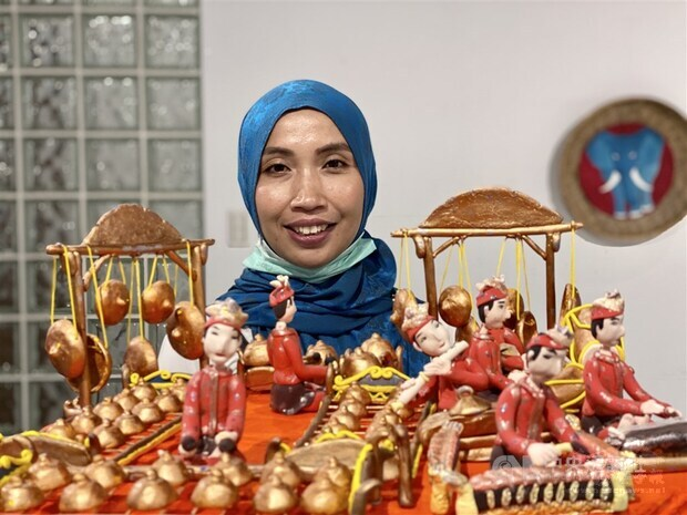 Indonesian artist Fidati (Pindy Windy) with one of her works
